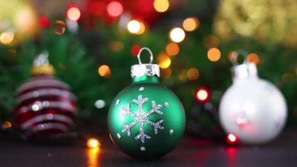 Tři vánoční ozdoby, zelené, červené a bílé s blikajícími světly