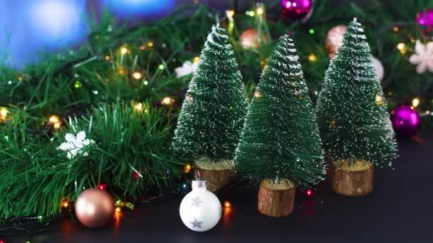 Weihnachten glänzende Dekoration mit blinkenden Lichtern, Weihnachtsschmuck und kleinen Tannenbäumen