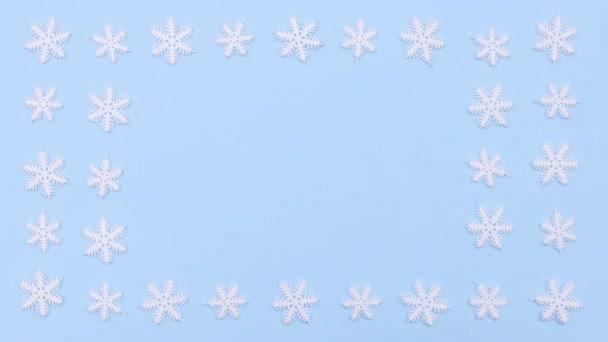 Hópehely keret pasztell kék téma. A hópelyhek forognak. Állj!