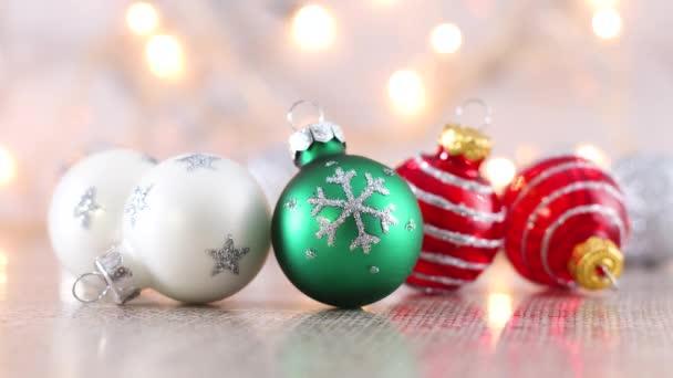 Weiß-roter und grüner Weihnachtsschmuck mit blinkenden Lichtern dahinter