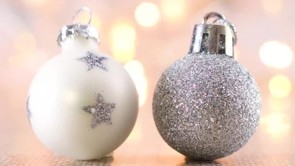 Bílé a stříbrné třpytky Vánoční ozdoby na světlo téma s blikajícími světly