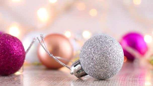 Silber, Gold und rosa Weihnachtsschmuck mit blinkenden Lichtern