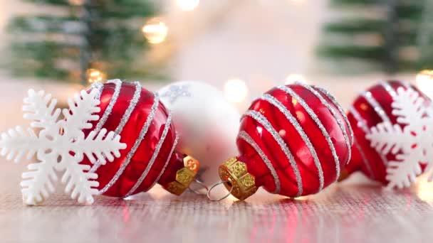 Nahaufnahme von rotem Weihnachtsschmuck mit Schneeflocken