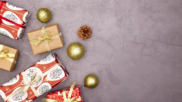 Geschenke für Weihnachten erscheinen auf der linken Seite mit Ornamenten und Lichtern. Stop-Motion