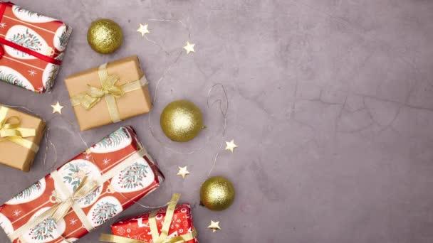 Blikající světla na vánoční ozdoby s dárky a ozdoby. Zastavit pohyb