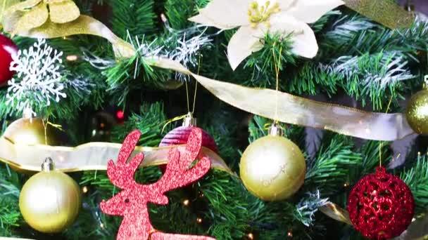 Schöner Weihnachtsbaum mit goldenen und roten Ornamenten und blinkenden Lichtern