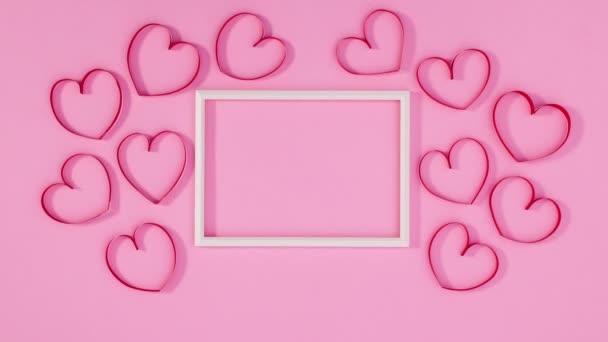 Valentin-napi szívek mozog körül keret szöveges. Állj!