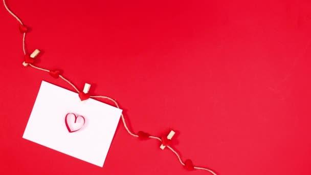 Valentin napi szívverés papíron, kötélre akasztva, piros témájú szívvel. Állj!