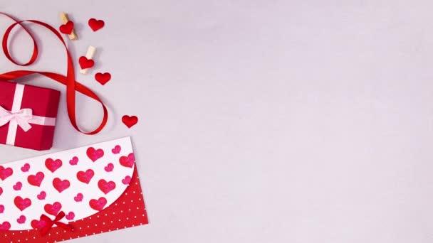 Valentýn dárek a obálka na pozdrav přesunout na levé straně. Zastavit pohyb