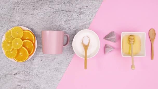 Citrony, šálek čaje, cukr, med, zásoby pro přípravu čaje na růžové téma. Zastavit pohyb