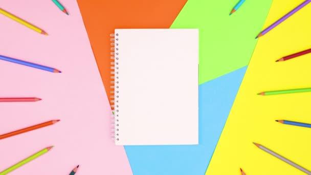Színes ceruzák körülvevő nyitott notebook színes téma. Állj!