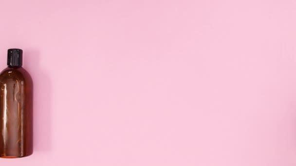 Kosmetické lázně a kosmetické výrobky blikají na růžové téma. Zastavit pohyb
