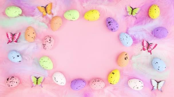 Velikonoční dekorace pro text s vejci a peřím. Zastavit pohyb
