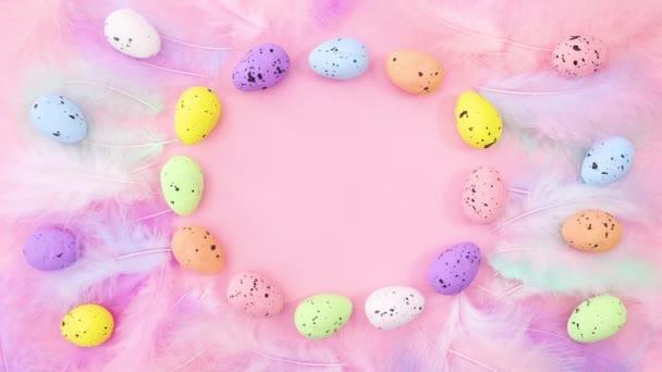 Velikonoční pastelově zbarvená vejce a peří s místem pro text. Zastavit pohyb
