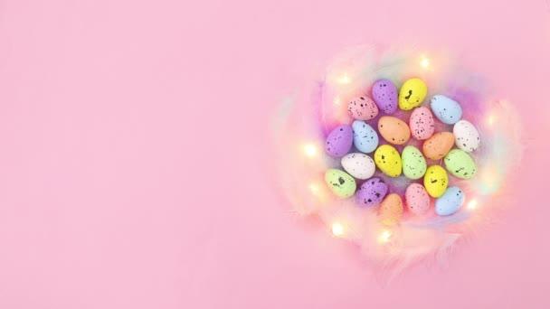 Villogó fények a húsvéti fészekben színes tojásokkal. Állj!