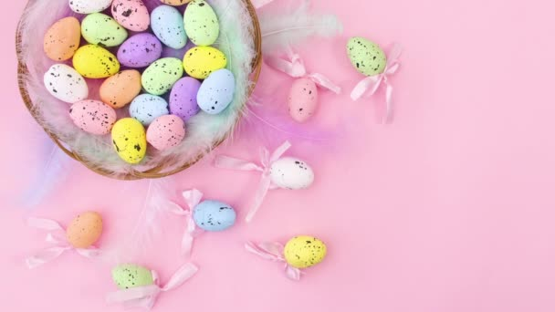 Kellemes húsvéti dekorációt tojással kosárban pasztell rózsaszín témában. Állj!