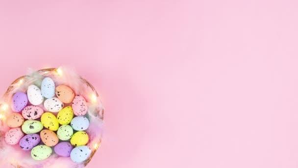Blikající světla na dřevěném koši na Velikonoce s vejci na levé straně. Zastavit pohyb