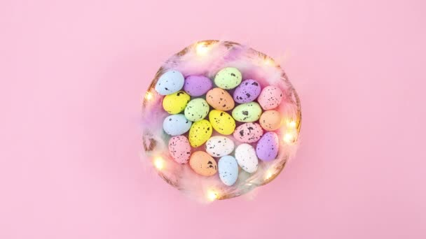 Kellemes húsvéti dekorációt kosárral és tojással és villogó fényekkel. Állj!
