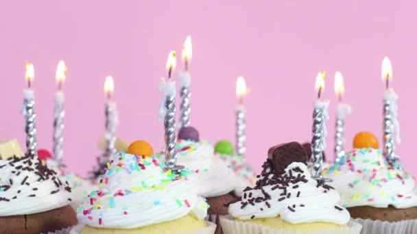Výbuch narozeninové svíčky na pohár dorty se smetanou na narozeninovou párty