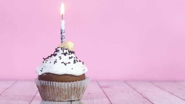 Zapalování narozeninové svíčky na čokoládový pohár dort se smetanou