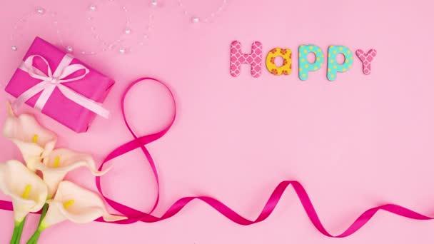 Šťastný den žen text psát na růžové téma s květinami a dárkem. Zastavit pohyb