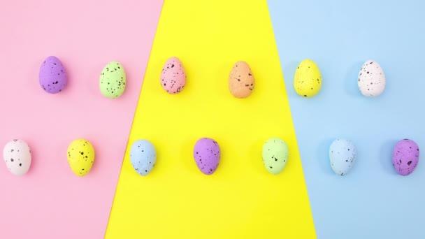 A húsvéti tojás fel-le mozog a színes témában. Állj!