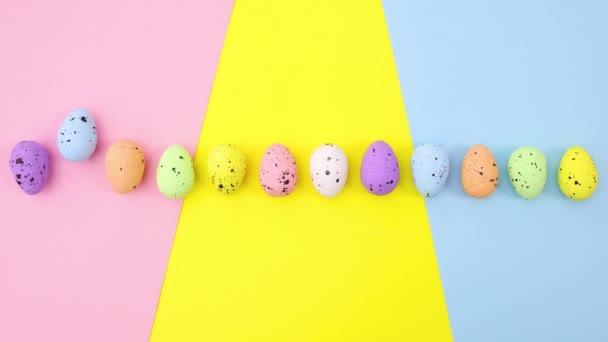 A húsvéti tojások egyenként mozognak a pasztell színes témában. Állj!
