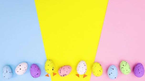 Mozgó tojások húsvét különböző színekben és két lábakkal. Állj!