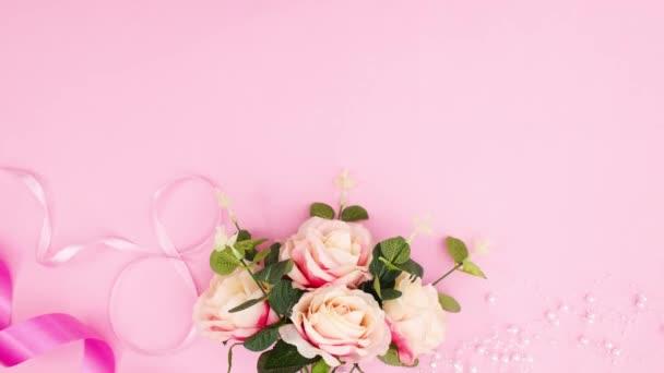 Romantická dámská dekorace s růžemi na pastelově růžovém motivu. Zastavit pohyb