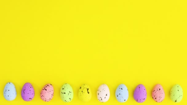 Velikonoční vajíčka různé barvy se pohybují jeden po druhém. Zastavit pohyb