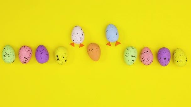 Húsvéti tojás mozog, és két láb lép ki a sárga téma Stop motion