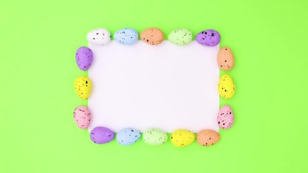 Húsvéti tojás különböző színekben mozognak papíron szöveg zöld téma. Állj!