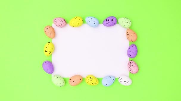 Velikonoční vajíčka pohybovat kolem bílé knihy pro text na zelené téma. Zastavit pohyb