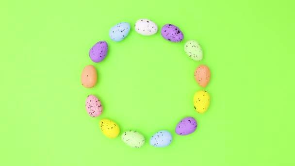 Vejce v různých barvách na Velikonoce v kruhu pohybovat. Zastavit pohyb