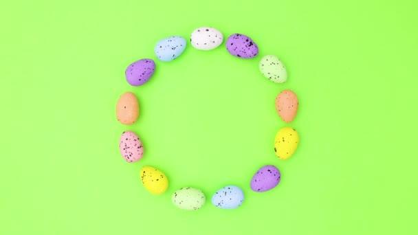 Színes tojás húsvét, hogy kör és lépni a zöld téma. Állj!