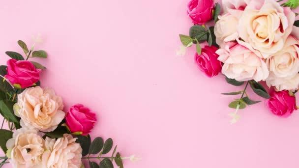 Virágos virágos elrendezése mozog sarkokban pasztell pin háttér. Stop motion sík fektetés