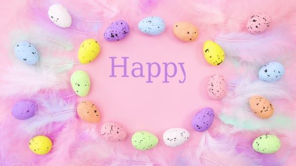 Veselé Velikonoce psát uvnitř pulzující rám s vejci a peřím na pastelově růžovém pozadí. Zastavit pohyb