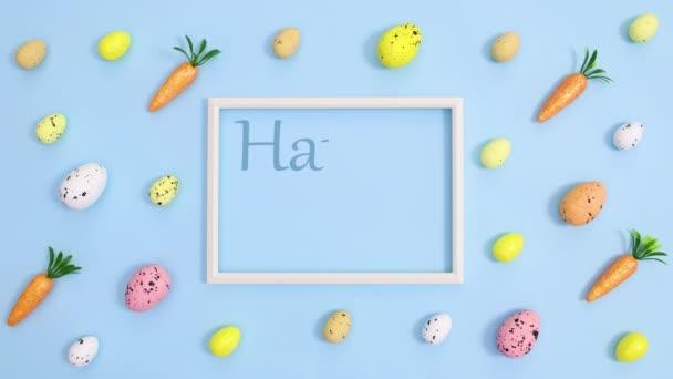 Frohe Ostern schreiben im Rahmen auf pastellblauem Hintergrund mit Eiern und Möhren. Stop-Motion