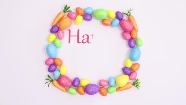 Frohe Ostern schreiben in Rahmen aus lebendigen Eiern auf weißem Hintergrund. Stoppbewegungen flach legen