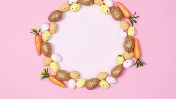 Kulatý papírový lístek obklopený velikonočními vejci a mrkví. Zastavit pohyb