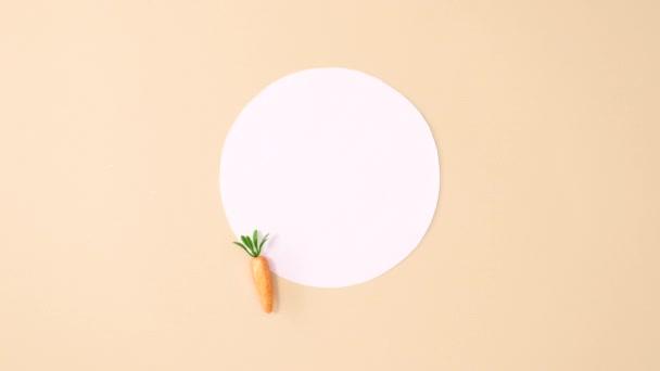 Kreative Osterpapier-Zettel mit goldenem Glitzer-Osterschmuck tauchen auf. Stop-Motion