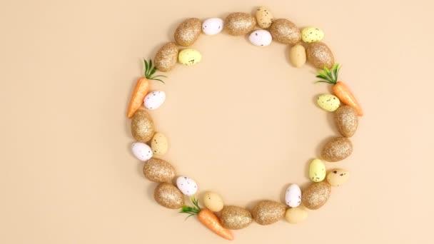 Kreativer Osterkreis aus Eiern und Möhren auf nacktem Hintergrund. Stop-Motion
