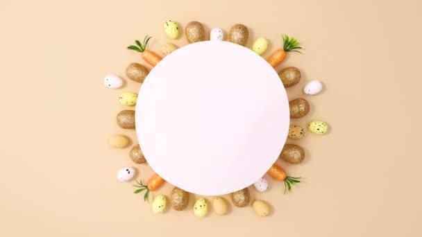 Ostereier aus goldenem und weißem Papier erscheinen unter einem Papierkarton auf nacktem Hintergrund. Stop-Motion