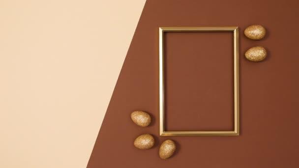 Goldener Kopierrahmen mit beweglichen goldenen Glitzereiern zu Ostern. Stop-Motion