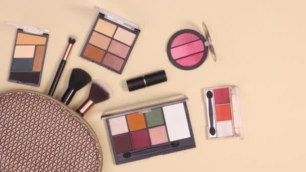 Make-up kit a tvoří produkty pohybovat na nahém pozadí. Stop motion flat lay