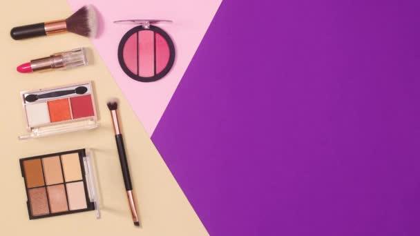 Minimális lapos elrendezése make up termékek lila pasztell rózsaszín és bézs háttér. Állj!