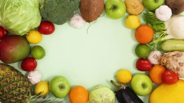 Zdravý potravinový rámec z čerstvého a ekologického ovoce a zeleniny se pohybuje. Stop motion flat lay