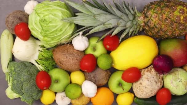 čerstvé organické a zralé ovoce a zelenina objednané na kuchyňském stole. Zastavit pohyb