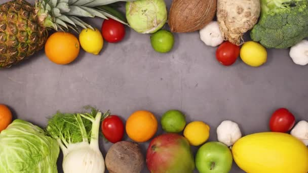 Čerstvé organické vřesoviště ovoce a zelenina se objevují na horní a dolní části tmavého kuchyňského stolu. Zastavit pohyb