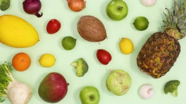 Zdravý čerstvý vzor z pohyblivého ovoce a zeleniny na světle zeleném pozadí. Zastavit pohyb